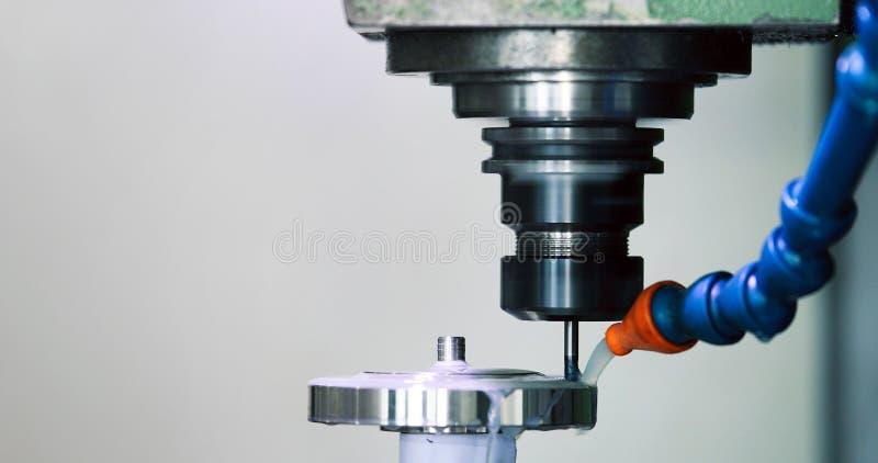 Precyzi CNC przemysłowy machining metalu szczegół młynem przy fabryką obraz stock