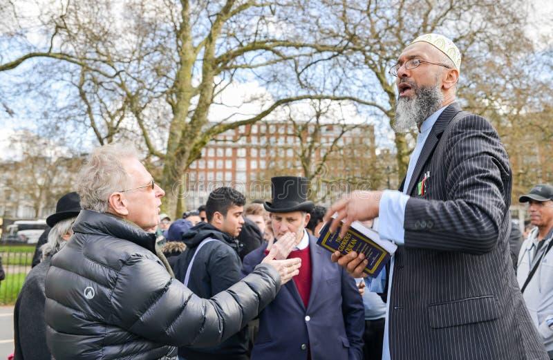 Predicador fundamentalista musulmán que sostiene un Corán Los Presidentes arrinconan, Hyde Park, Londres, Inglaterra foto de archivo