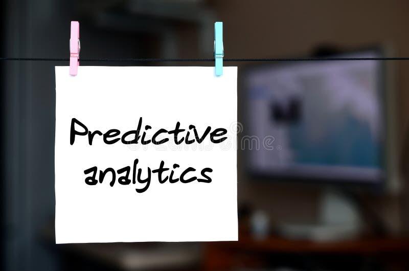 Predictive analytics Anmärkningen är skriftlig på en vit klistermärke som mummel fotografering för bildbyråer