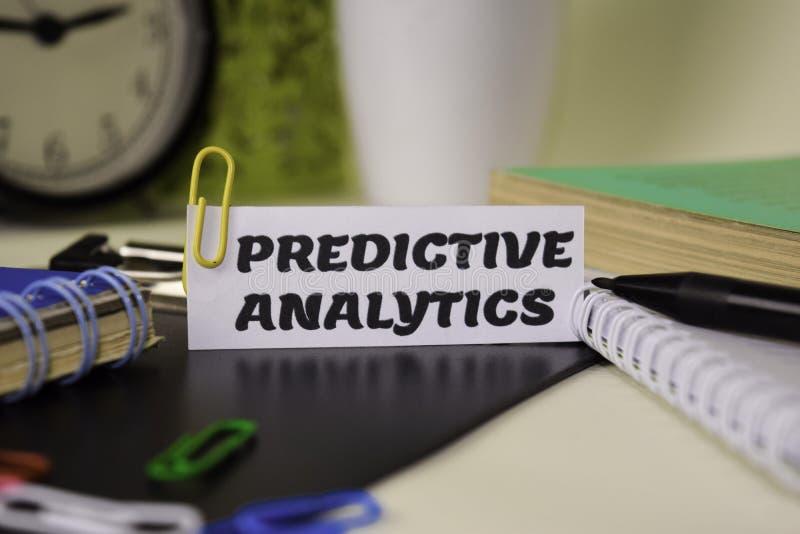 Predictive Analytics på papperet som isoleras på det skrivbord Aff?rs- och inspirationbegrepp arkivbilder