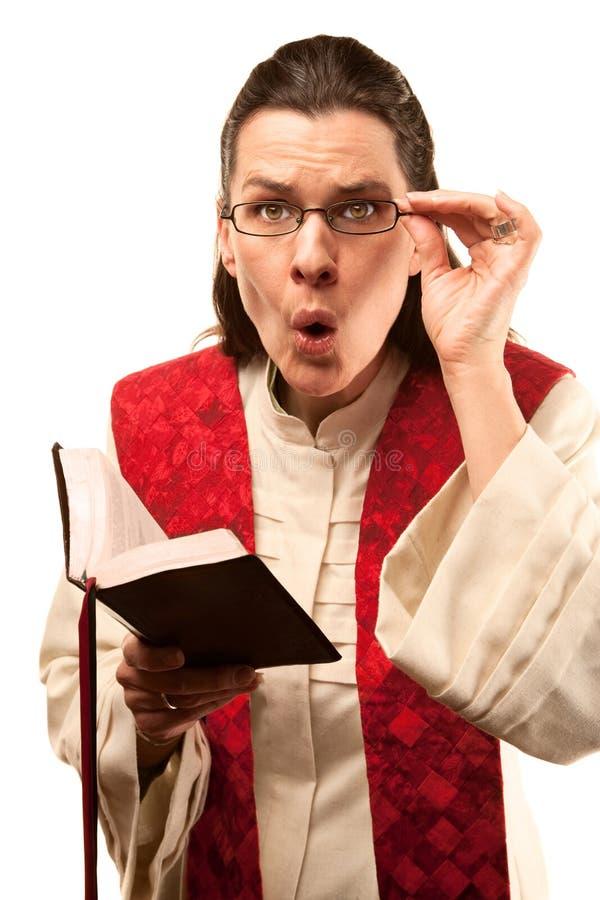 Predikant die iets vindt stuitend in de Bijbel royalty-vrije stock foto's