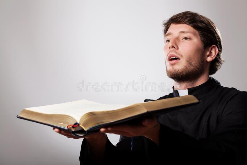 Prediker met bijbel royalty-vrije stock afbeeldingen