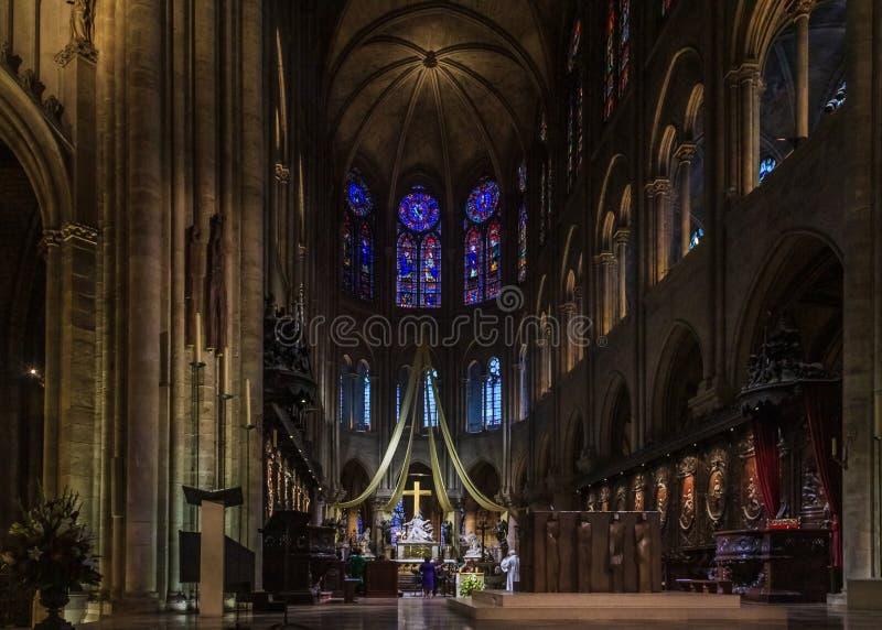 Predikstolen, altaret och korset av Notren Dame de Paris Cathedral med målat glassfönstren längs den tillbaka väggen in royaltyfria foton