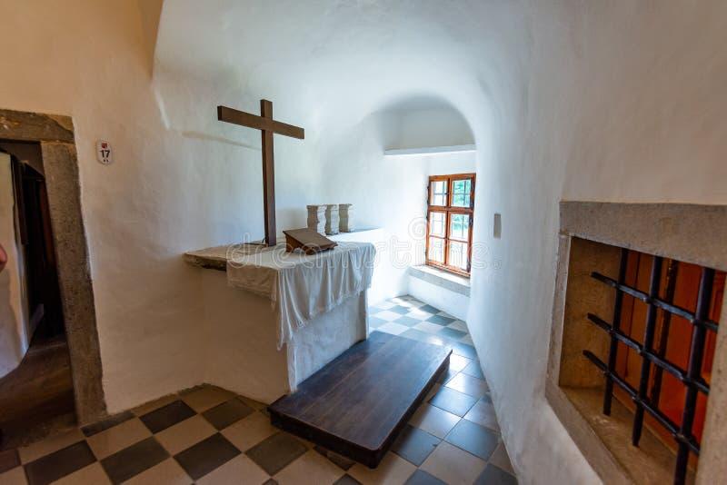 Predjama, Slovenia - 22 07 2018: Interno del castello medievale di Predjama vicino alla caverna di Postumia Fortezza della Sloven fotografia stock libera da diritti
