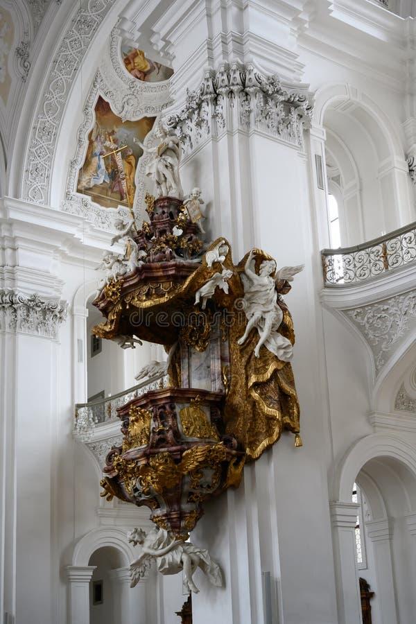 Preekstoel in barokke Kerk, rijk verfraaide preekstoel in Basilika St Martin, Weingarten, Duitsland stock afbeelding