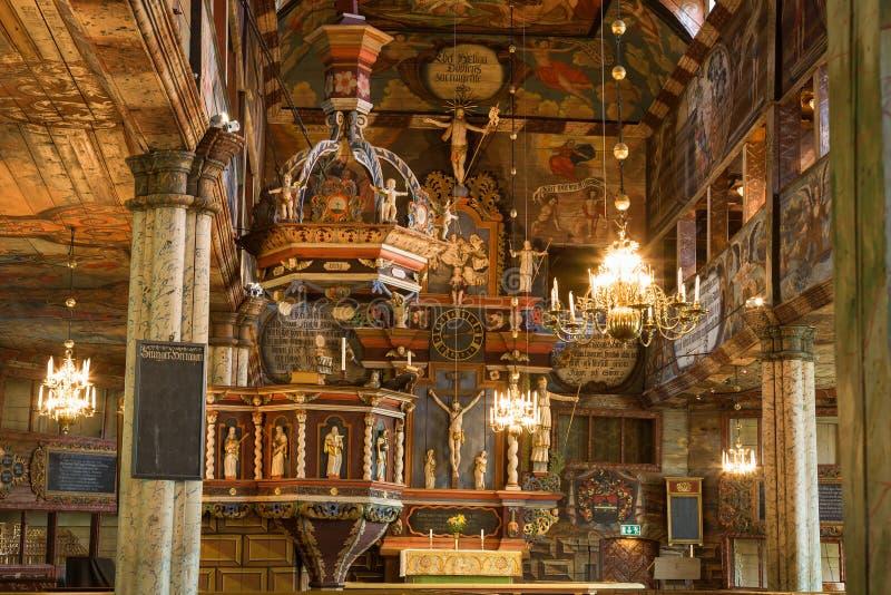 Preekstoel en altaarstuk in een kerk stock foto's