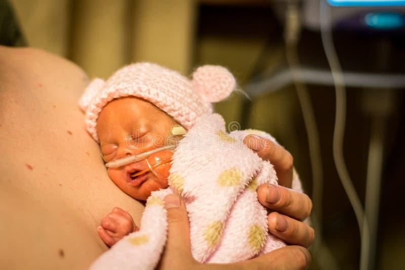 Preemien behandla som ett barn flickan som tycker om hud för att flå med farsan royaltyfria foton