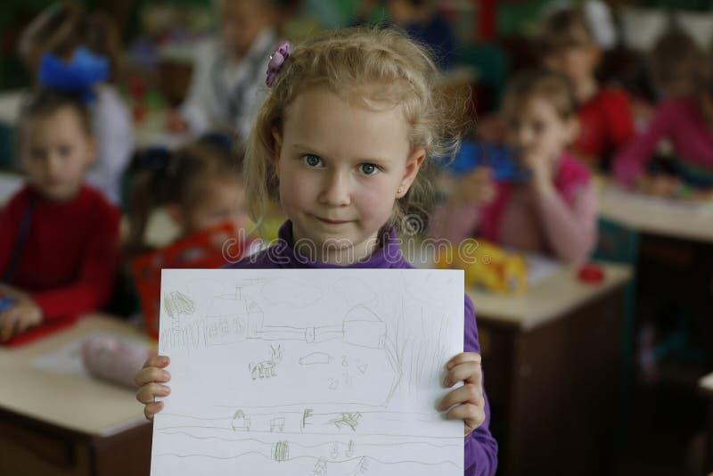 Preescolar del niño con un dibujo de lápiz fotos de archivo libres de regalías