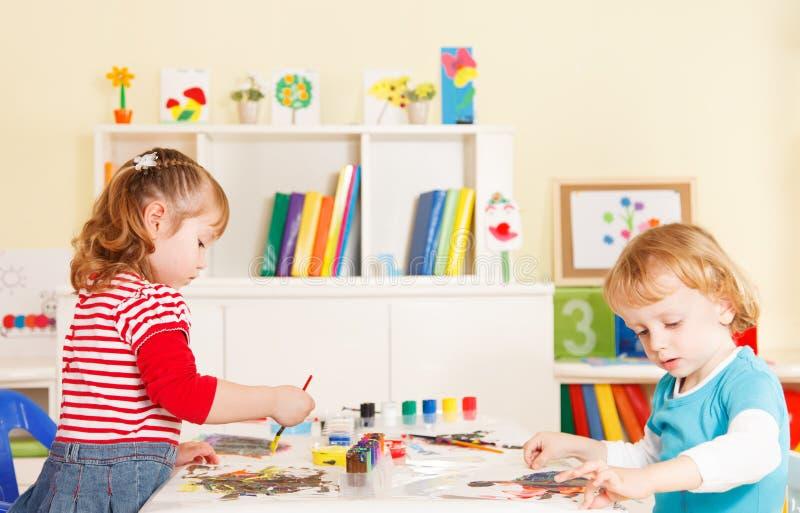Preescolares en la sala de clase fotografía de archivo
