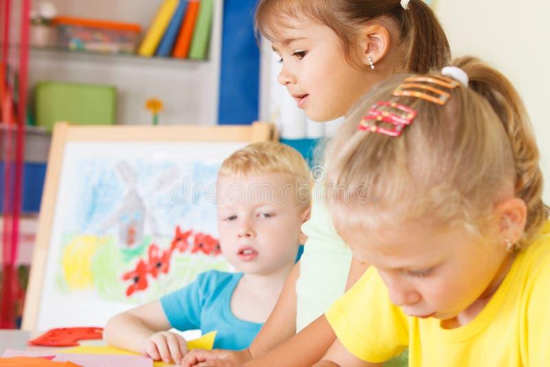 Preescolares en la sala de clase fotos de archivo