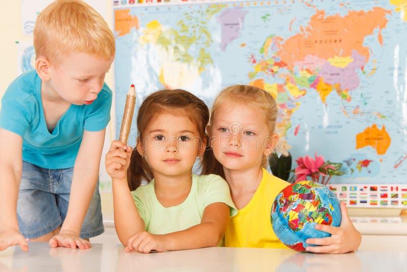 Preescolares en la sala de clase imagenes de archivo