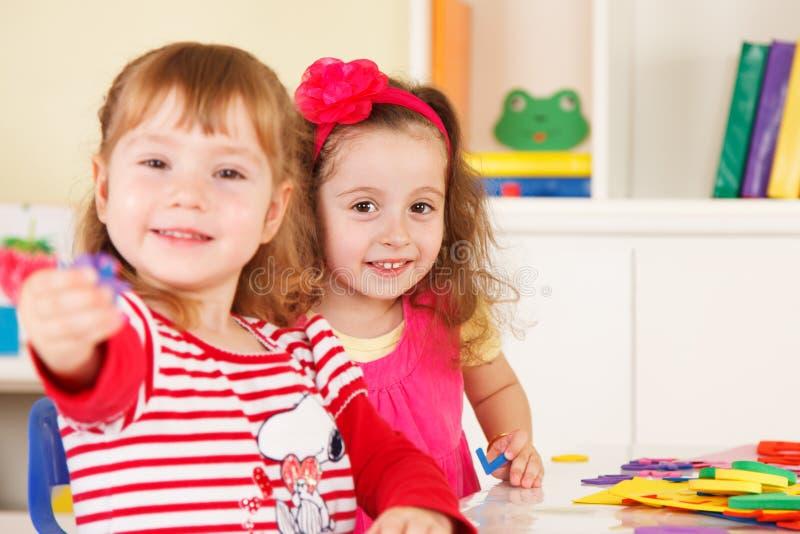 Preescolares en la sala de clase fotografía de archivo libre de regalías