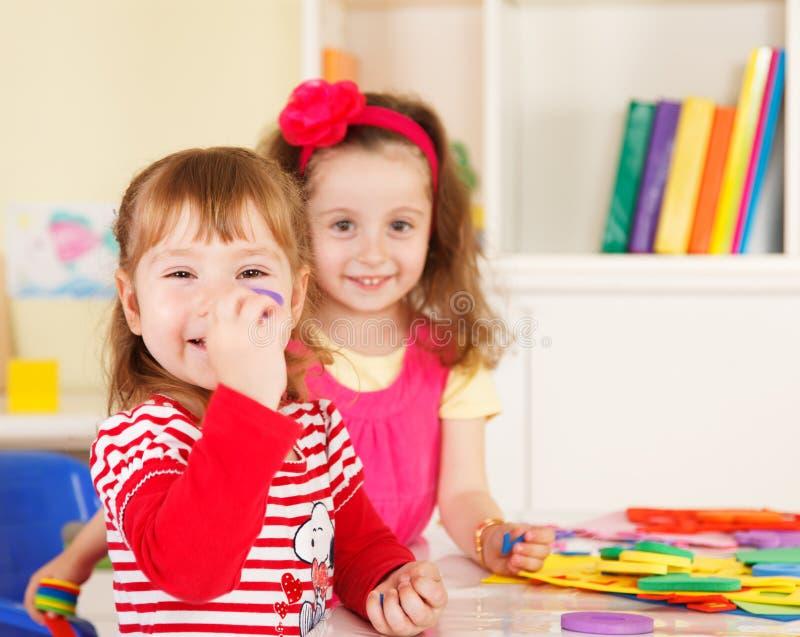 Preescolares en la sala de clase imágenes de archivo libres de regalías