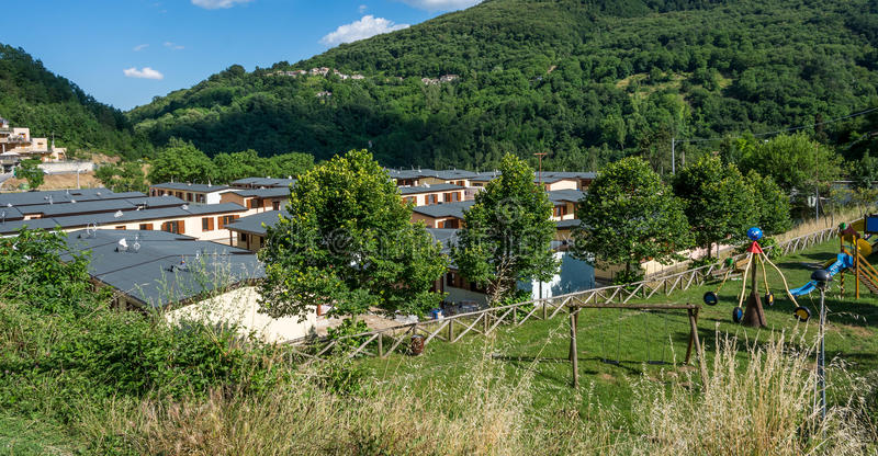 Prefabrykacyjni domy budowali po trzęsienia ziemi który uderzał miasteczko Arquata Del Tronto na Sierpień 24, 2016, w Italy zdjęcia royalty free
