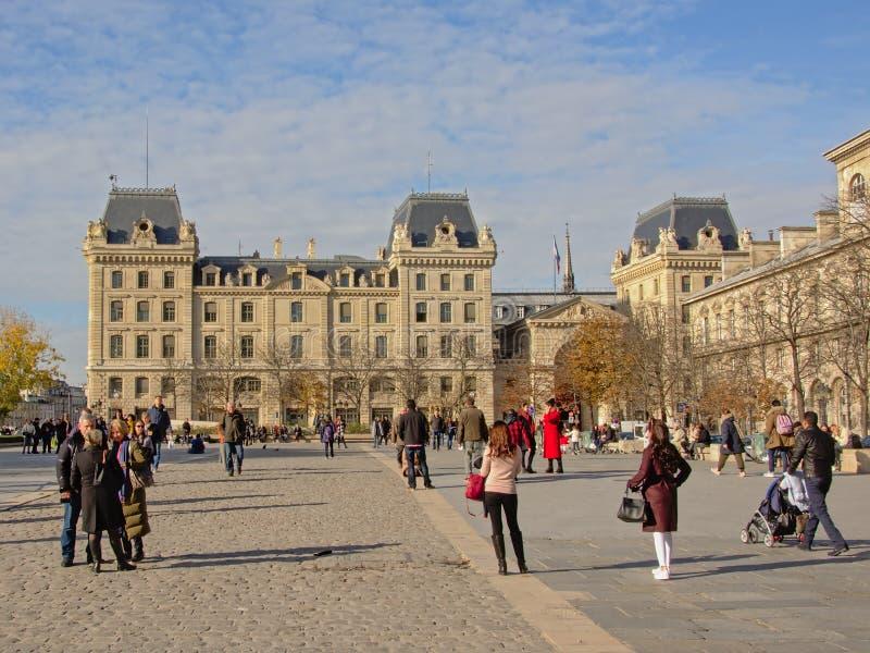 Prefectura de la policía de París con el cuadrado con los turistas en frente fotos de archivo