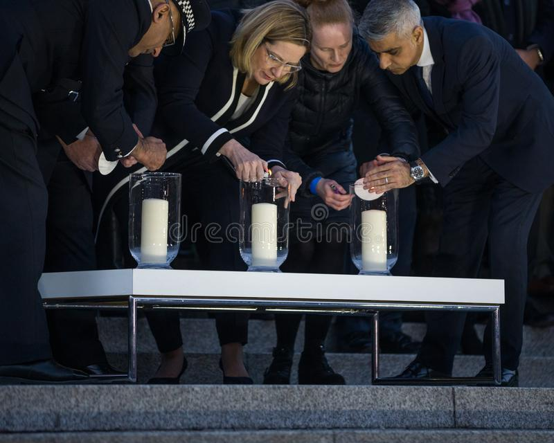 Prefeito Sadiq Khan de Londres e oficiais que iluminam velas para a vigília imagens de stock royalty free