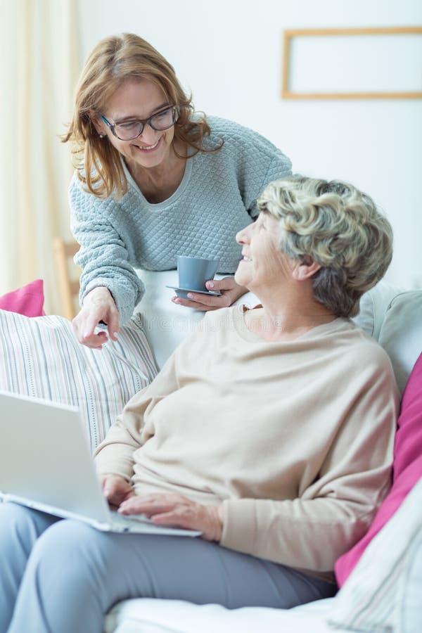 Prefessional护工和年长患者 免版税库存照片