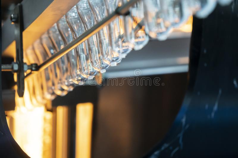Preform kształt klingeryt butelki w konwejeru pasku dla ogrzewać proces zdjęcie stock