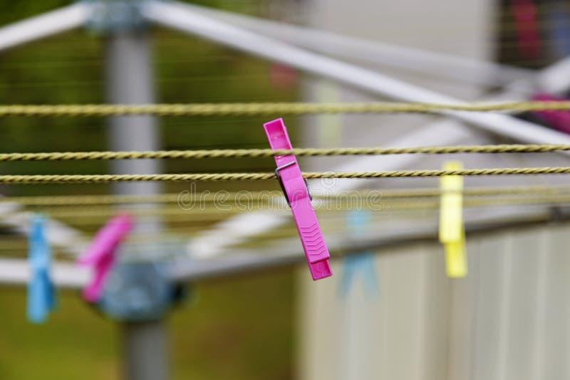 Pregador de roupa cor-de-rosa em secar a cremalheira em Umea foto de stock royalty free