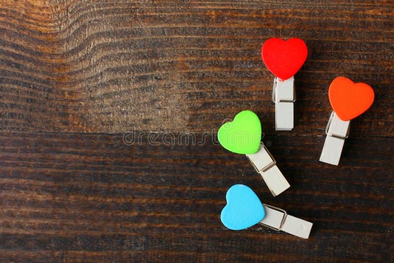 Pregadores de roupa coloridos com corações imagem de stock royalty free