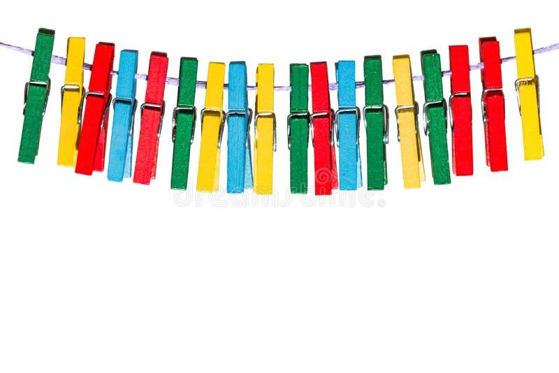 Pregadores de roupa coloridos que penduram em uma linha em seguido imagem de stock royalty free