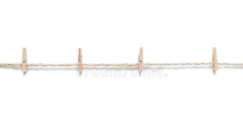 Pregadores de roupa de madeira no saco da corda, no fundo branco, isolado fotografia de stock