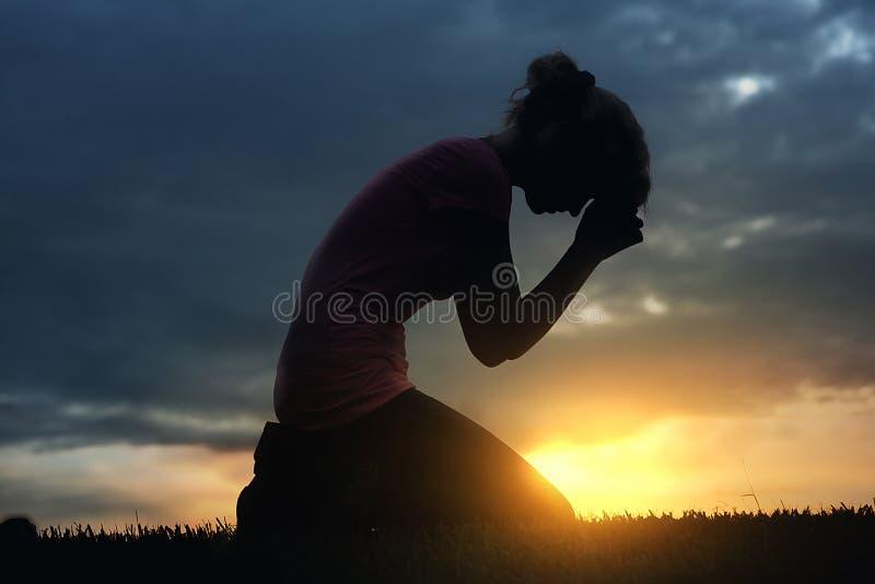 Pregando al tramonto fotografie stock
