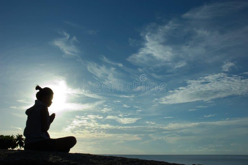 Pregando all'alba sull'isola fotografia stock