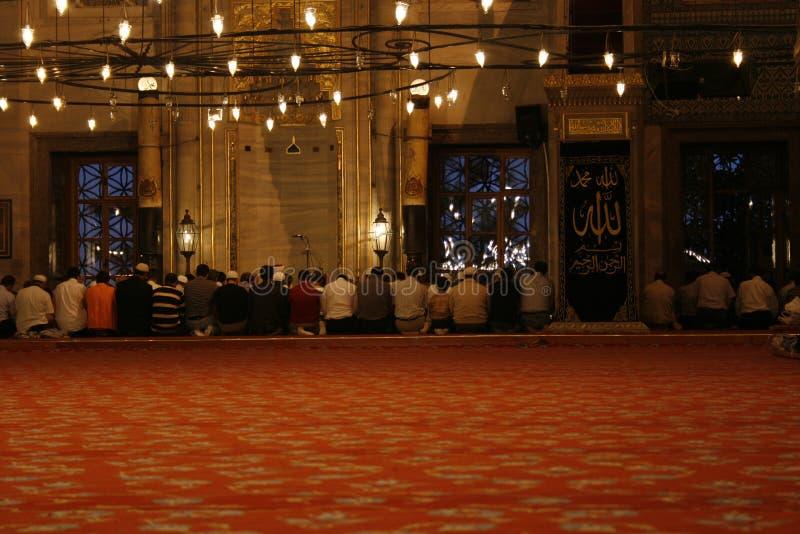 Pregando alla moschea fotografia stock libera da diritti