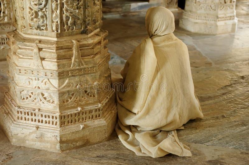 Pregando il insaid del monaco il tempio Jain in India immagine stock