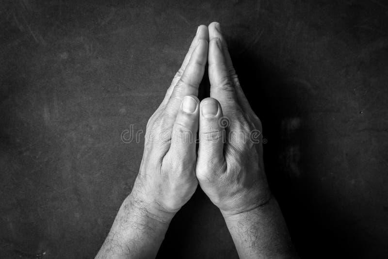 Pregando le mani - in bianco e nero immagine stock libera da diritti