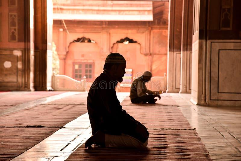 Pregando nella moschea immagine stock libera da diritti