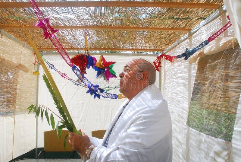 Pregando per la festa ebrea Sukkot immagini stock