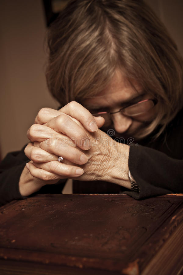 Pregando sulla bibbia immagine stock libera da diritti