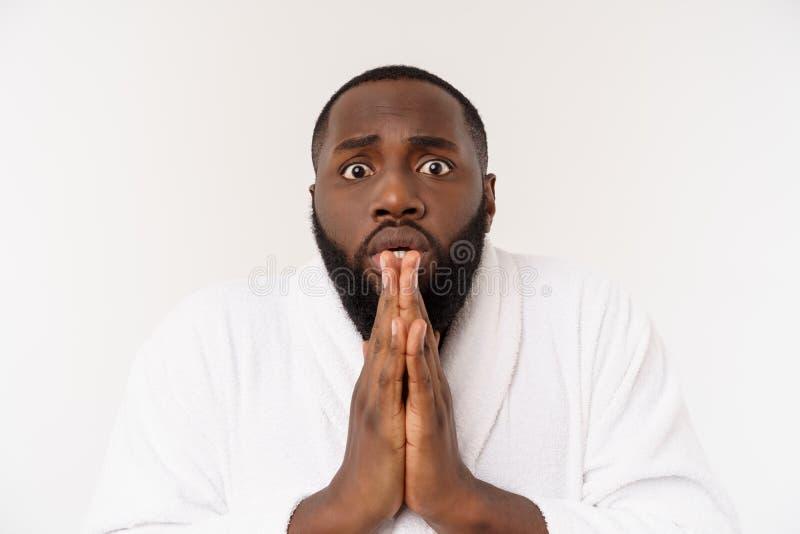 Pregare africano bello spirituale calmo del tipo Giovane pacifico serio con prender per manosi meditare Concetto di credenza fotografia stock libera da diritti