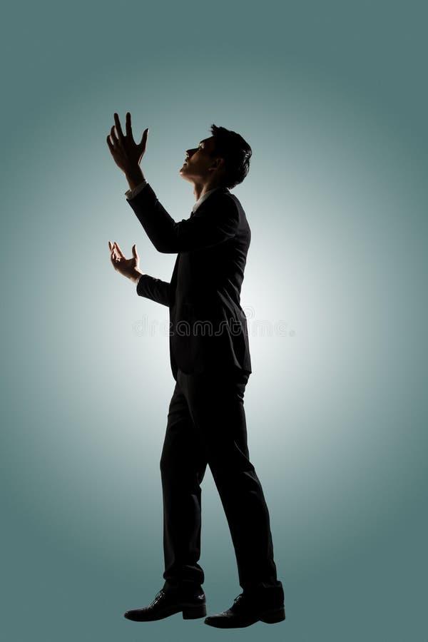 Pregare asiatico dell'uomo d'affari fotografie stock
