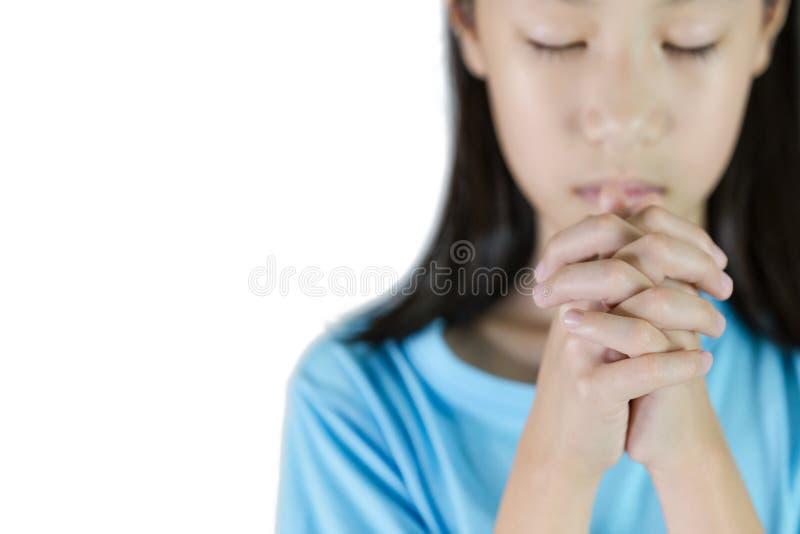 Pregare asiatico della mano della ragazza isolato su fondo bianco, folde delle mani immagini stock