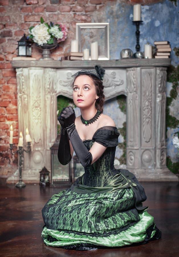 Pregare bella donna in vestito medievale immagini stock