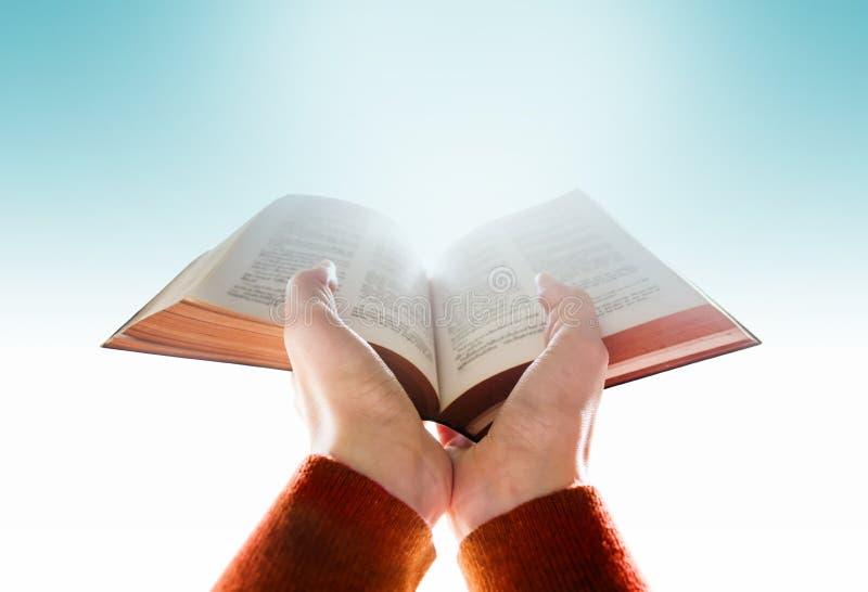 Pregare bibbia per speranza fotografia stock