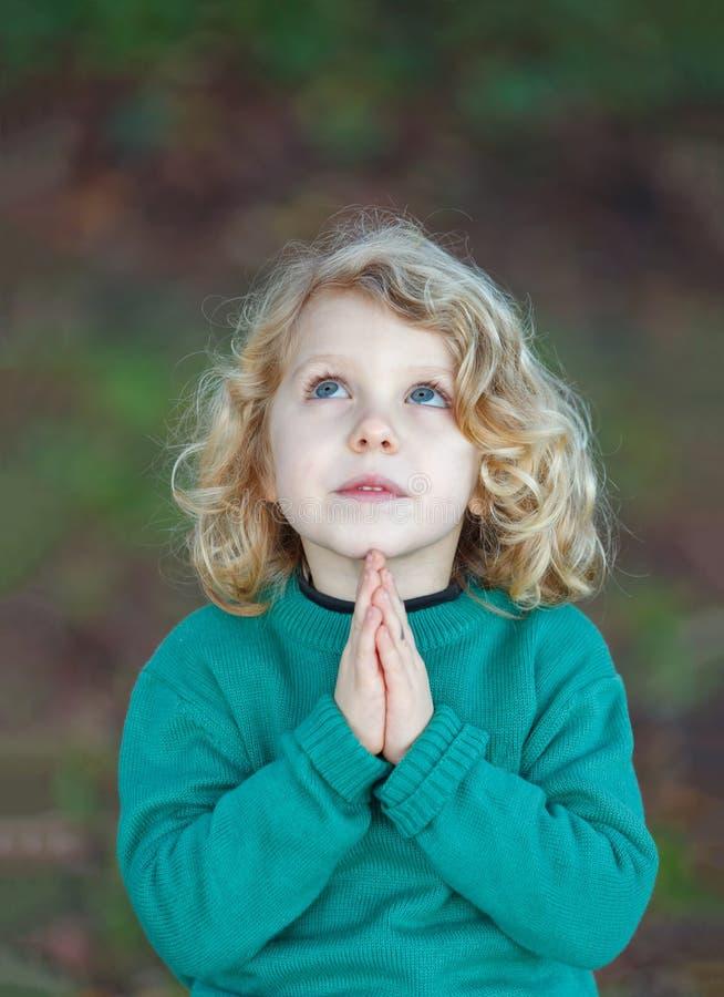 Pregare del bello bambino fotografia stock