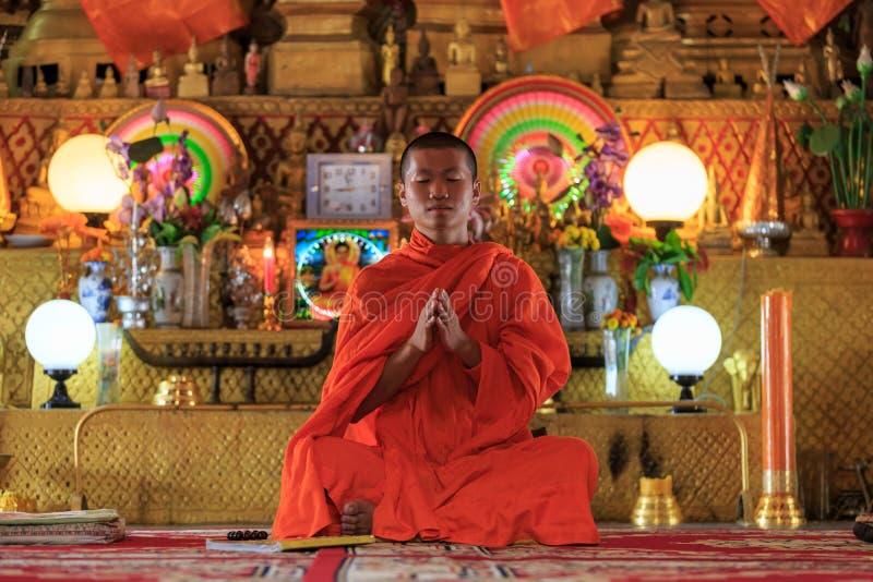 Pregare del monaco immagine stock libera da diritti