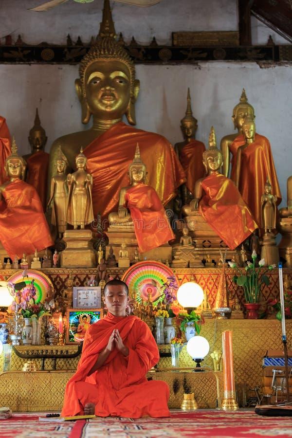 Pregare del monaco fotografie stock libere da diritti