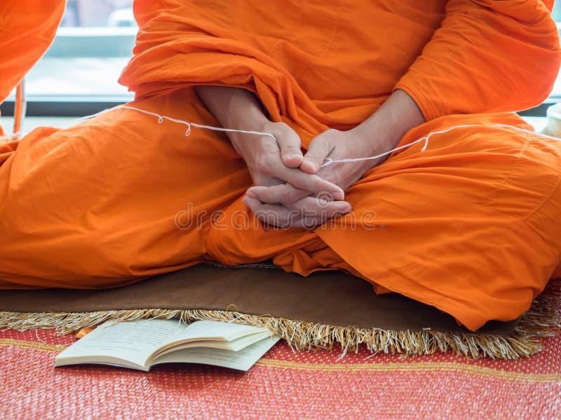 Pregare del monaco buddista fotografie stock libere da diritti