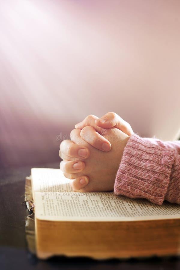Pregare della donna fotografia stock