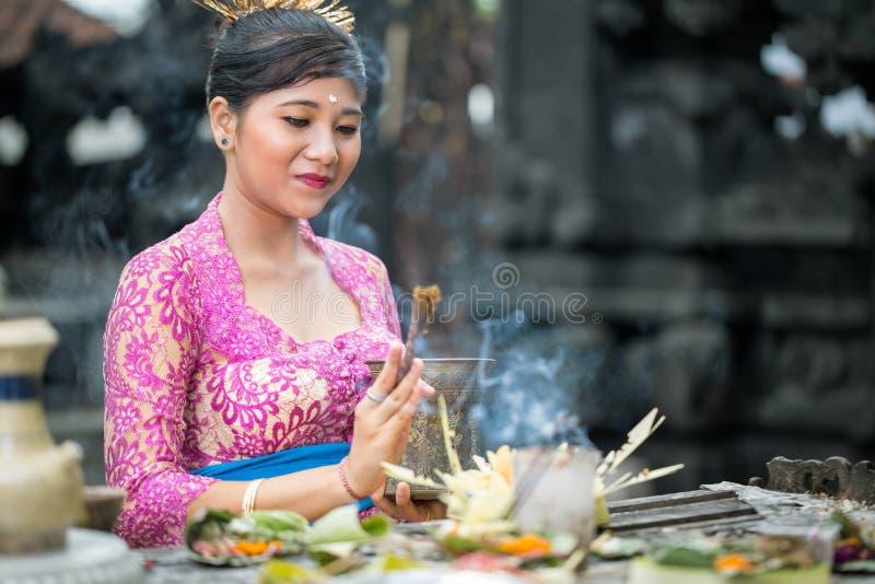 Pregare della donna di balinese fotografie stock