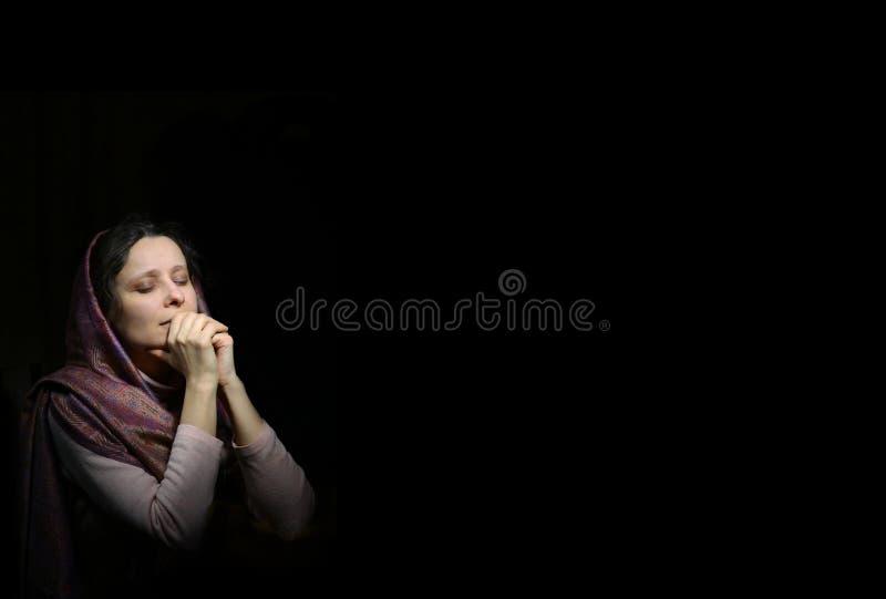 Pregare donna in sciarpa immagine stock