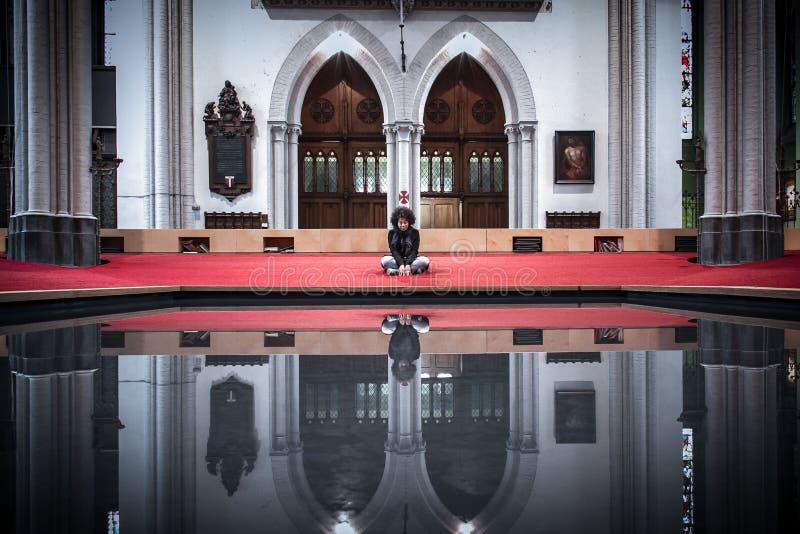 Pregare e riflettere fotografia stock