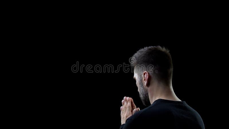 Pregare l'uomo di colore, peccati, perdono, ispirazione spirituale, aiuto immagini stock libere da diritti