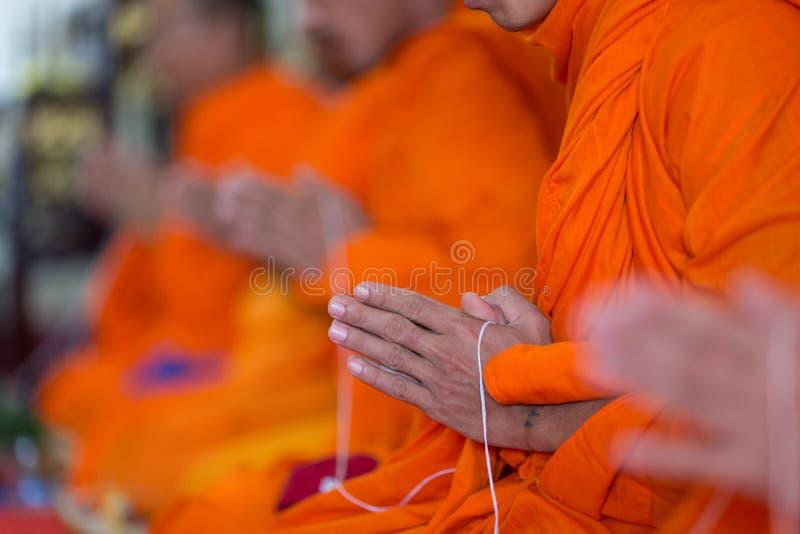 Pregare la mano del monaco fotografie stock