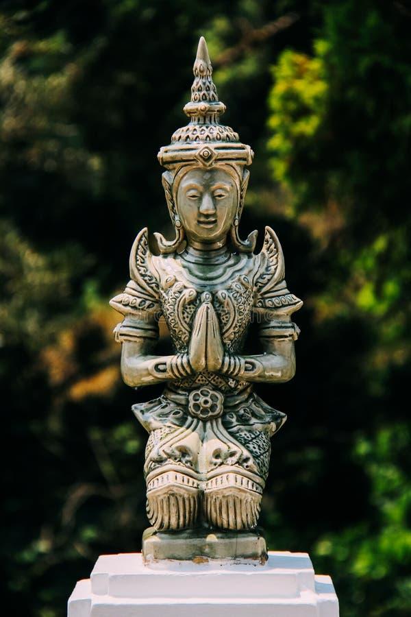 Pregare la scultura della donna in Tailandia del Nord fotografie stock
